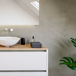 Mobile lavabo davanti a un muro di cemento